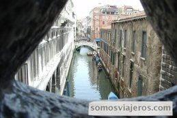 vista desde el interior del puente de los suspiros de venecia