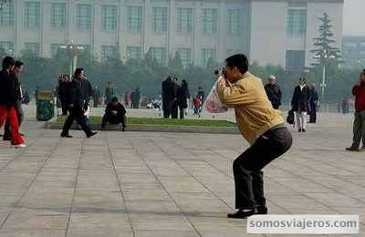 Postura de un chino haciendo un foto