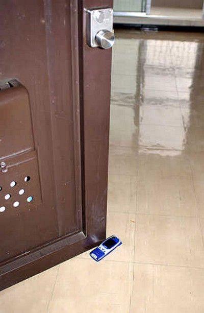 puerta abierta con el móvil
