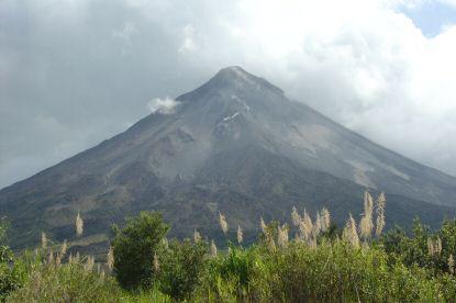 volcán arenal de día