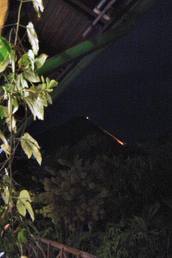 volcan de noche Arenal en Costa Rica
