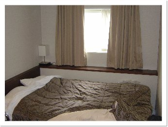 habitación hotel japón estrecha