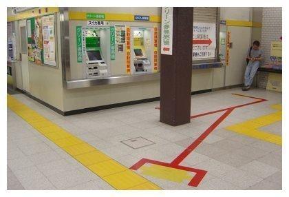 Líneas en el suelo marcando las colas en Japón