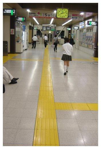 Líneas en el suelo para indicar camino en Japón