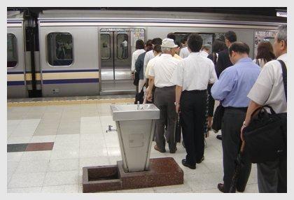 Fila de gente esperando el metro en japón