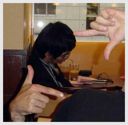japonés durmiendo en restaurante
