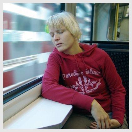 Durmiendo y apoyando la cabeza