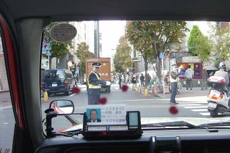 Policias en un cruce en Japón
