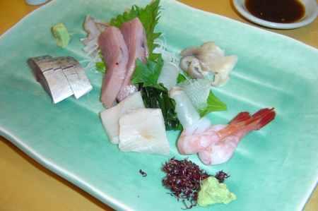 Plato de pescado crudo en Japón