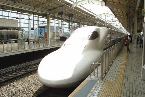 Vista exterior Shinkansen japonés. Tren alta velocidad japonés