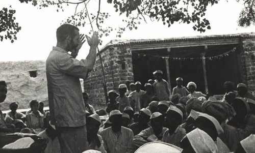 Vicente Ferrer trabajó incansablemente en un programa de desarrollo rural que actualmente beneficia a más de 2.200 pueblos.