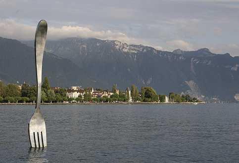 escultura de un tenedor sobre un lago. Museo alimentario de vevey