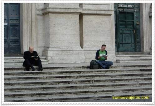 Foto titulada: Roma, cura, libro y yo