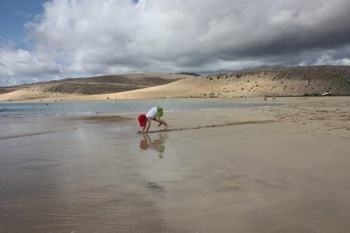 niño jungando playa sotavento