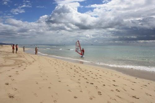 Surfista en la playa de sotavento