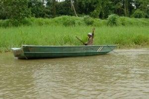 pescador saludando en Tortuguero (Costa Rica)