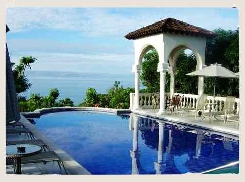 Hotel en Costa Rica con una piscina y vistas al mar
