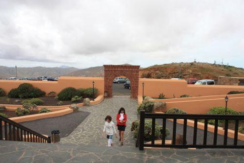 mirador morro velosaEl mirador fue diseñado por Cesar Manrique y se encuentra en lo alto del monte tegú de 669 metros.