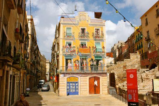 edificio pintado y gradas del circo
