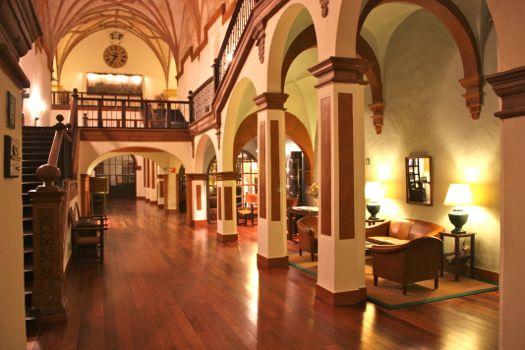 hall principal hotel monasterio de piedra