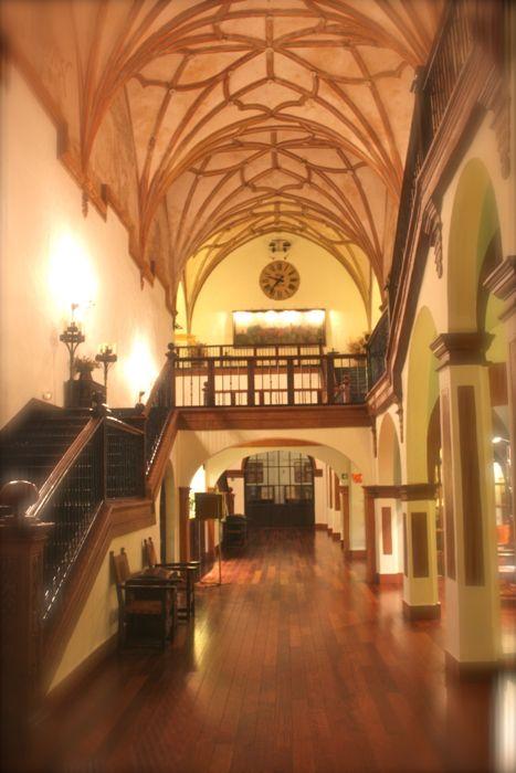 Vista escalinata principal hotel monasterio de piedra
