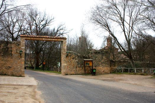 Entrada recinto parque natura y hotel monasterio de piedra