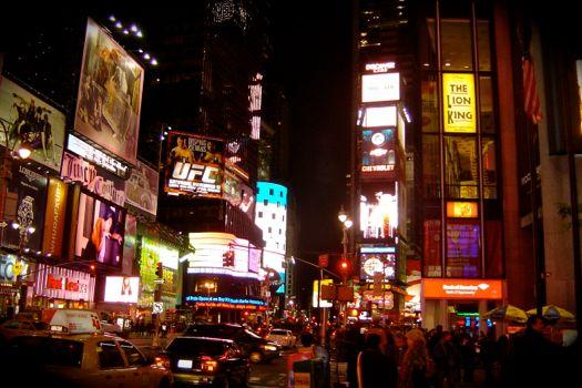 times square de noche en nueva york
