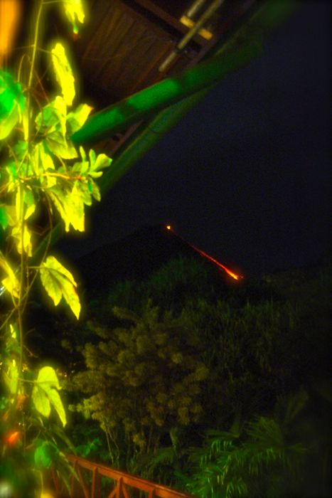 lava en el volcán arenal de noche