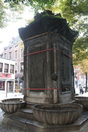 monumento fuente con inscripciones a Tchantches