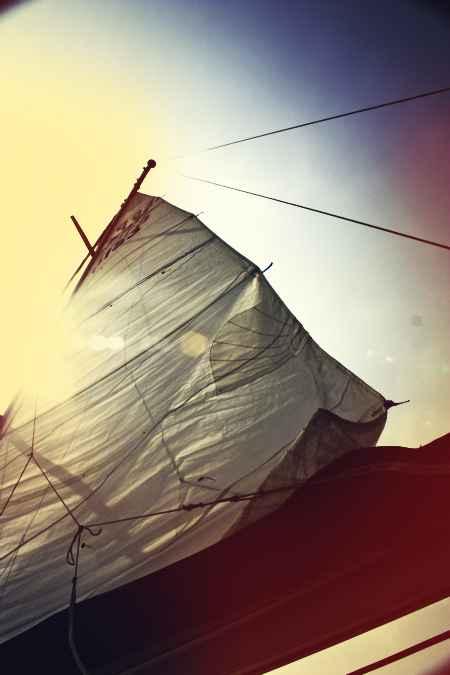 Velas al viento en velero en Alicante