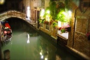 venecia en la noche. Vista de un canal