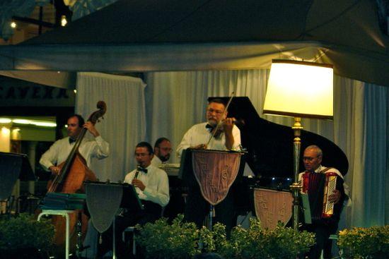 música a la luz de la luna en plaza san Marcos