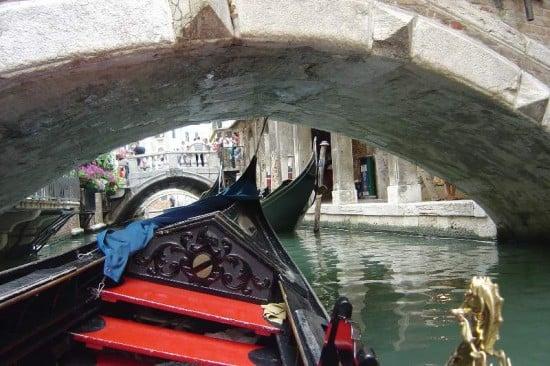 equilibrios sobre la góndola en venecia