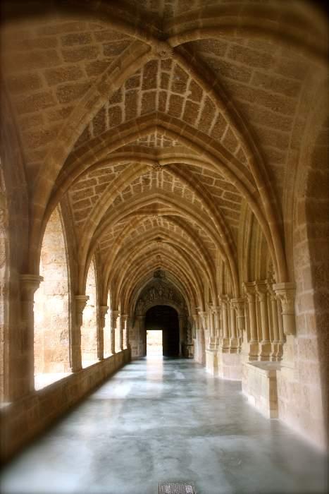 claustro monasterio de piedra