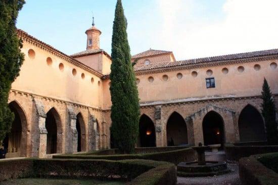 atardecer en monasterio de piedra