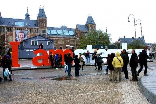 foto delante de las letras de amsterdam