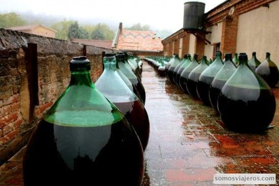 Botellas de vino rancio en la terraza de la cooperativa