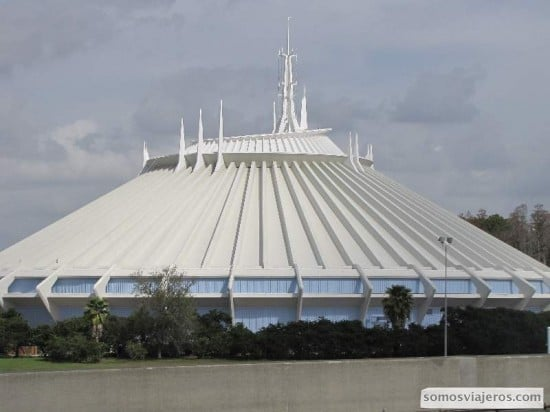 Impresionante fachada de la Space Mountain
