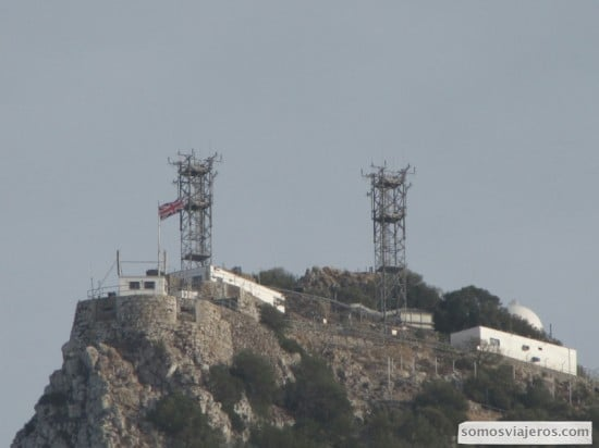 Bandera inglesa en la cima del Peñón de Gibraltar
