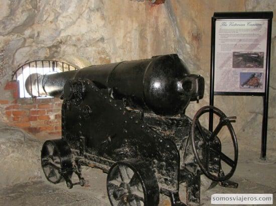 Cañón de defensa del Peñón, dentro de las grutas excavadas a mano.