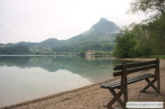 pueblos cercanos a Salzaburgo y banco a pie de lago