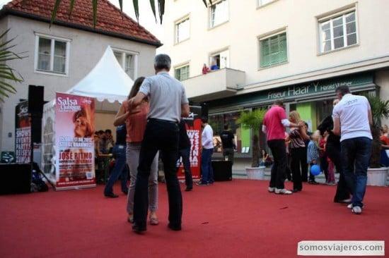 gente bailando en una plaza de Salzburgo