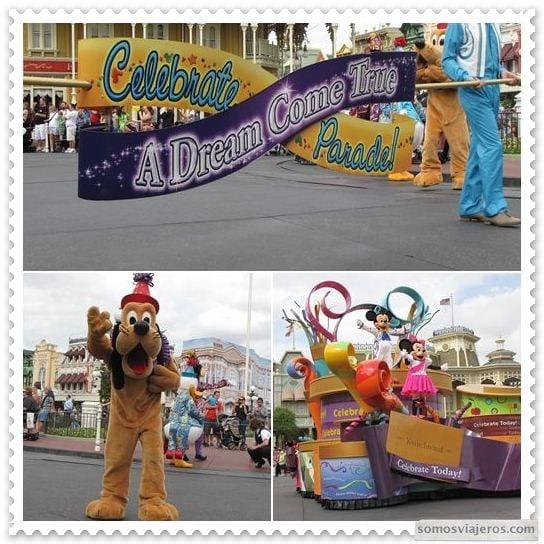 Desfile de personajes Disney En Main Street en Disneyworld