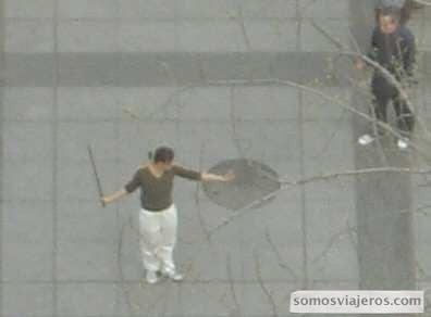 artes marciales en china mujer y maestro con espada