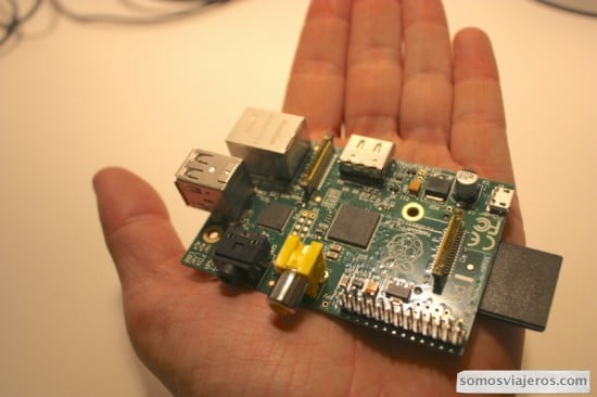 ordenador raspberry en la palma de la mano miniatura