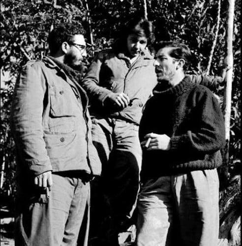 Foto de enrique meneses con Fidel y Raul Castro en Sierra Maestra en 1957