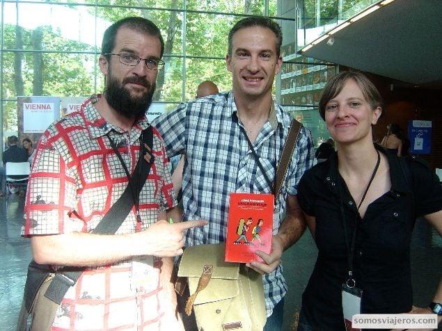 Foto de Itziar juan antonio y Pablo con el libro como preparar un gran viaje