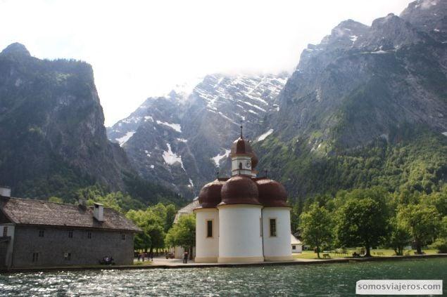 monasterio en el lago en konigssee solo accesible por barco