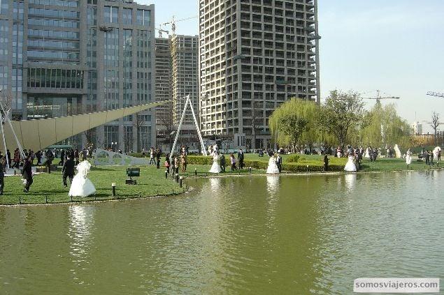 parque lleno de novias en Shanghai