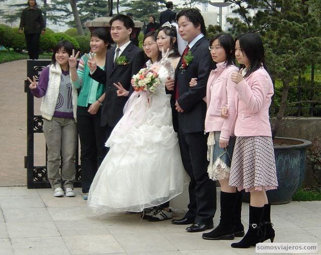 novia con zapatillas